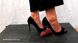 Lady Sirodo – Shoejob with black Peeptoes