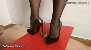 Mistress Luna – Footjob in sheer nylon